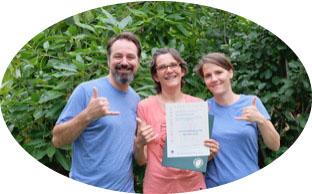 Françoise LRSA entourée de Matthew Thie et Juliette Marret lors de la remise des diplomes de TFH, Touch For Health en Californie avant son retour en Vendée