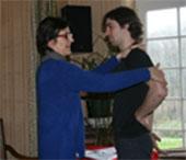Tests musculaire lors d'une séance de Touch For Health par Françoise de La Roche en Vendée. La santé par le toucher est un chemin vers le bien-être