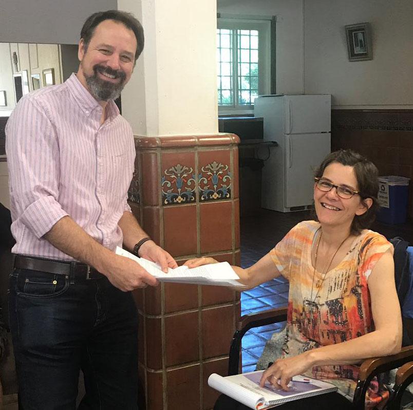 Françoise LRSA remet à Matthew THIE le contrat signé avec l'I.K.C.  Françoise de La Roche est maintenant Instructeur Touch for Health®